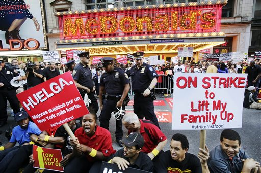 U.S. Fast-Food Workers Mark Tax Day Demanding Higher Wages
