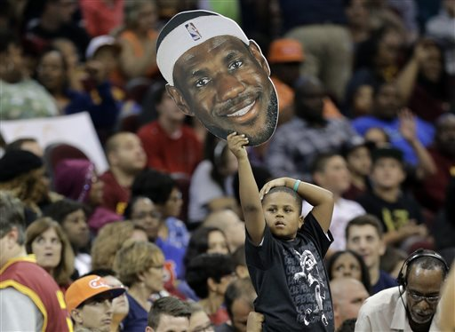 """LeBron Warmly Welcomed """"Home"""" by Cleveland Fans"""