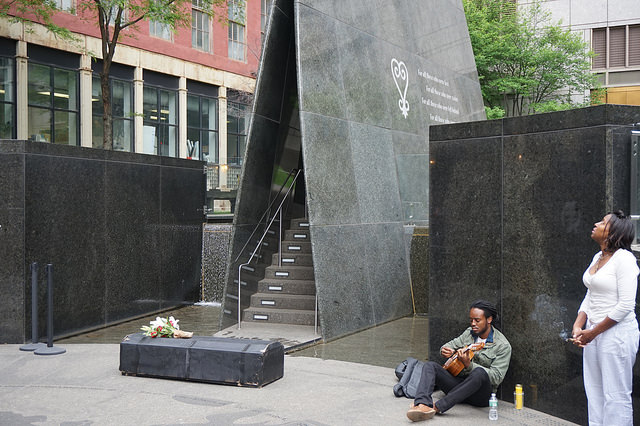 NYC African Burial Ground (The All-Nite Images/Flickr/CC BY-SA 2.0)